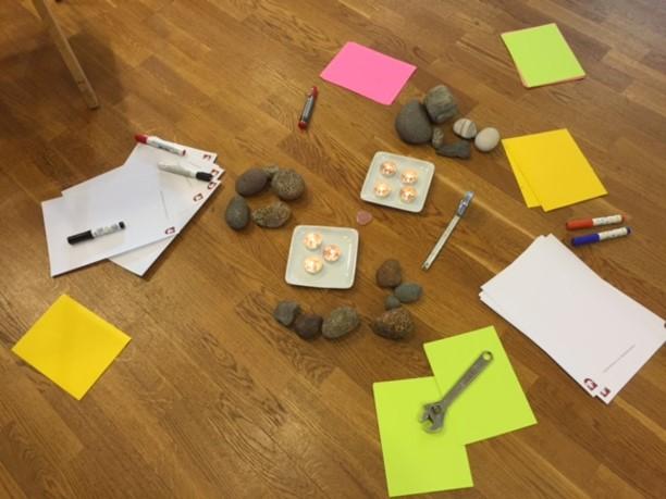 Kiviä ja lappuja lattialla