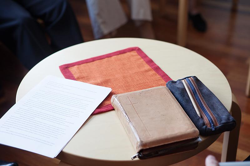 Pöydällä raamattu ja papereita