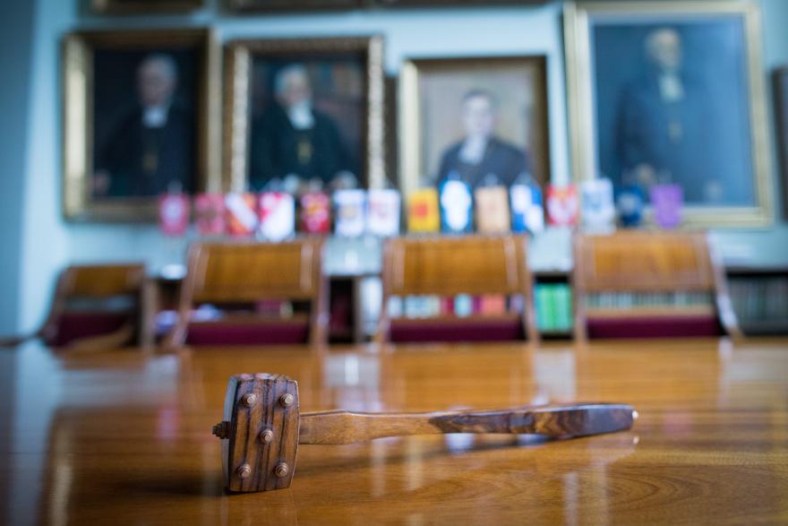 Istuntosali, seinällä piispaojen muotokuvia