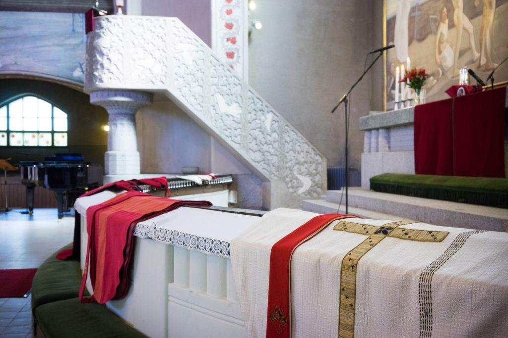 Alttarille aseteltuja papin kasukoita