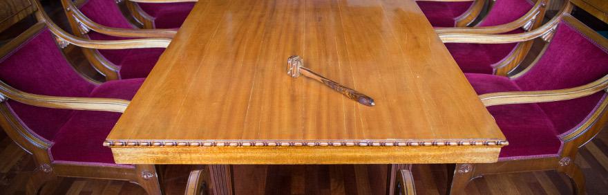 Puheenjohtajan nuija istuntosalin pöydällä