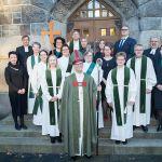 Piispa ja vihityt sekä muut UTV-valmennukseen osallistuneet messussa avustaneiden ja ohjaajiensa kanssa tuomiokirkon portailla