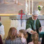 Piispa jakaa ehtoollista