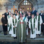 Vihityt ja muut UTV-valmennukseen osallistuneet piispan, messussa avustaneiden ja ohjaajiensa kanssa