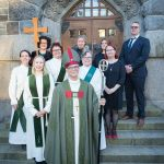 Piispa ja vihityt sekä muut UTV-valmennukseen osallistuneet ohjaajiensa kanssa tuomiokirkon portailla.