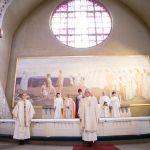 Vastavihityt papit alttarin edessä