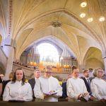 Vihittävät kirkonpenkissä
