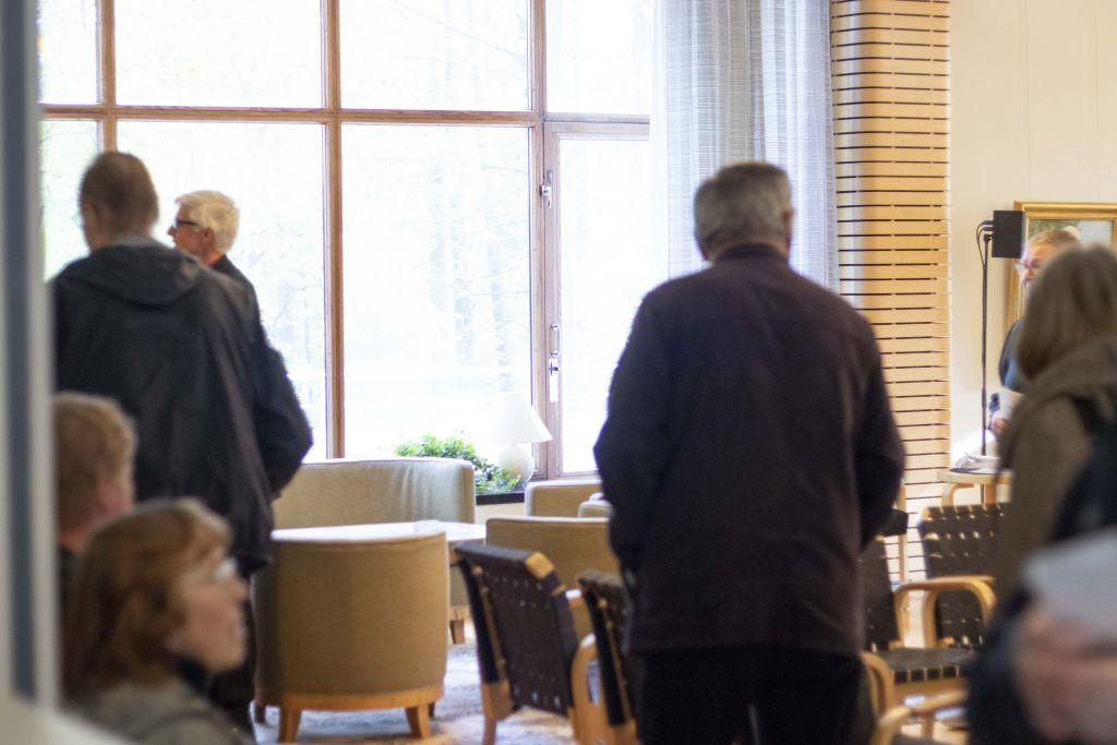 Ihmisiä piispantalon salissa.