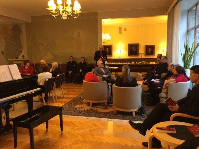 Yleisnäkymä arvonimien ja kunniamerkkien jaon yhteydessä järjestetystä kahvitilaisuudesta Tampereen piispantalossa.