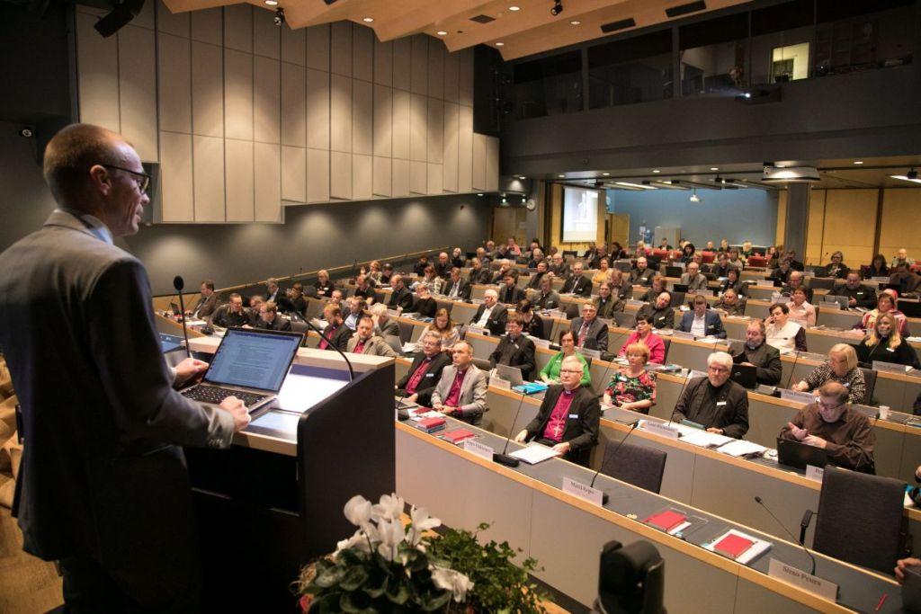 Kuva kirkolliskokouksesta istuntosalissa