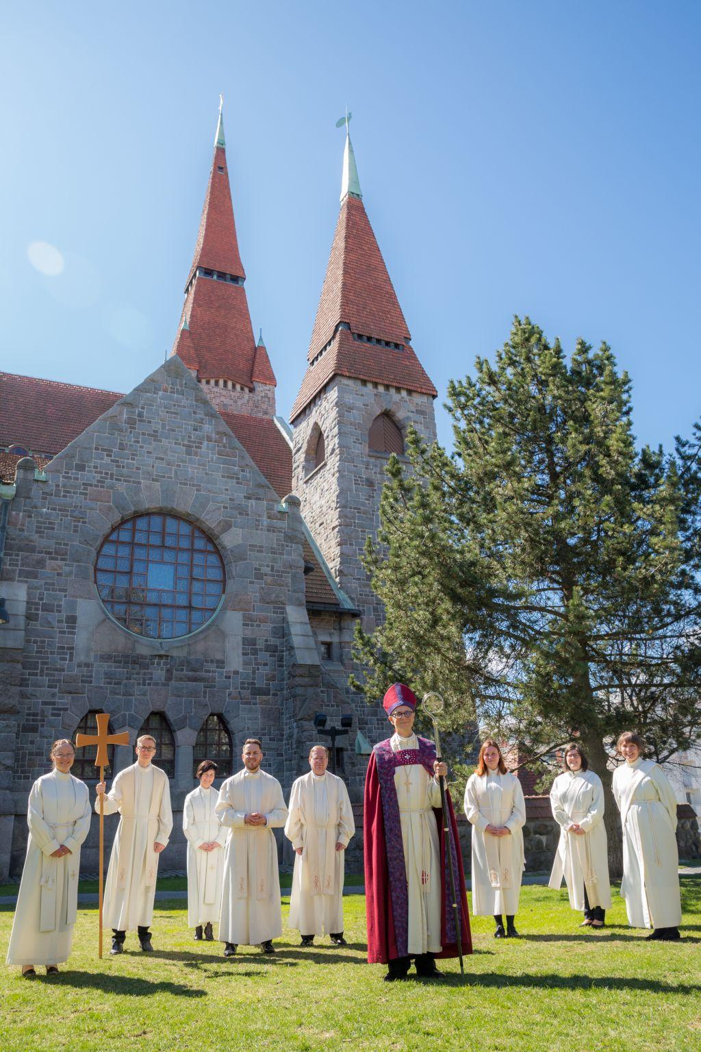 Vihityt keväällä 2020 piispan kanssa yhteiskuvassa Tuomiokirkon pihassa.