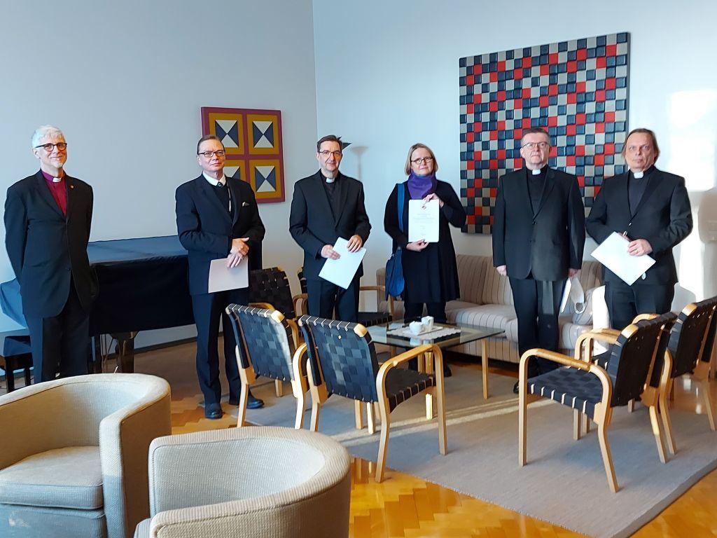 Kuvassa piispan seurassa arvonimien saajat.
