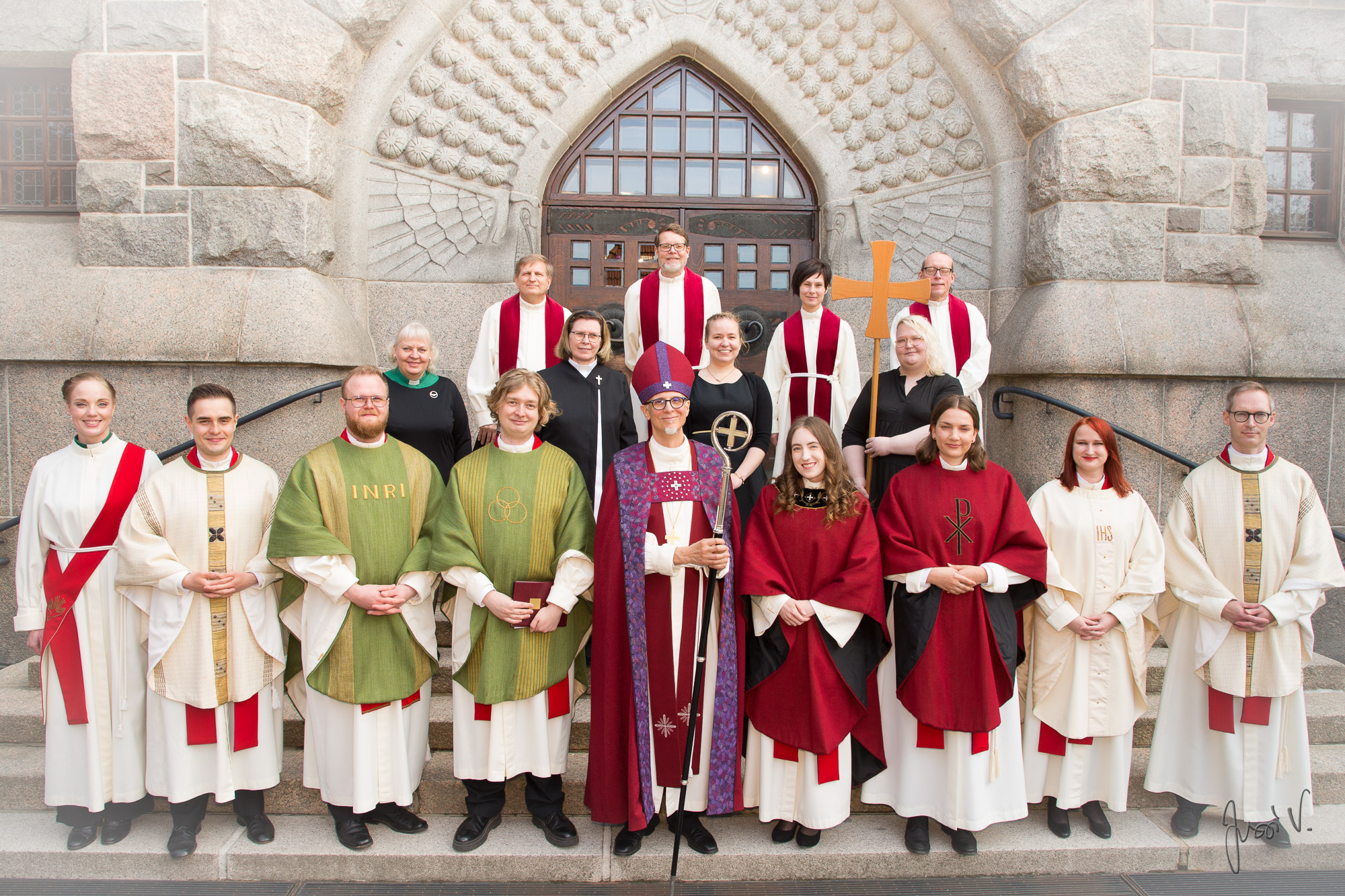 Tampereen tuomiokirkon portailla seisovat ryhmäkuvassa virkaan vihitys , heidän ohjaajansa, seurakuntien edustajata ja piispa.