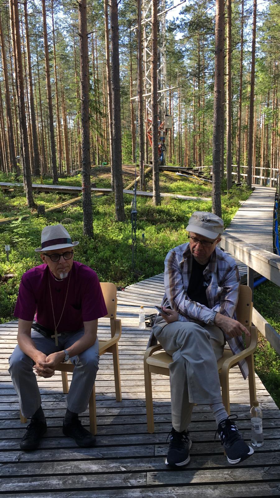 Kuvassa vasemmalla piispa Matti Repo ja hänen vieressään akateemikko Markku Kulmala.